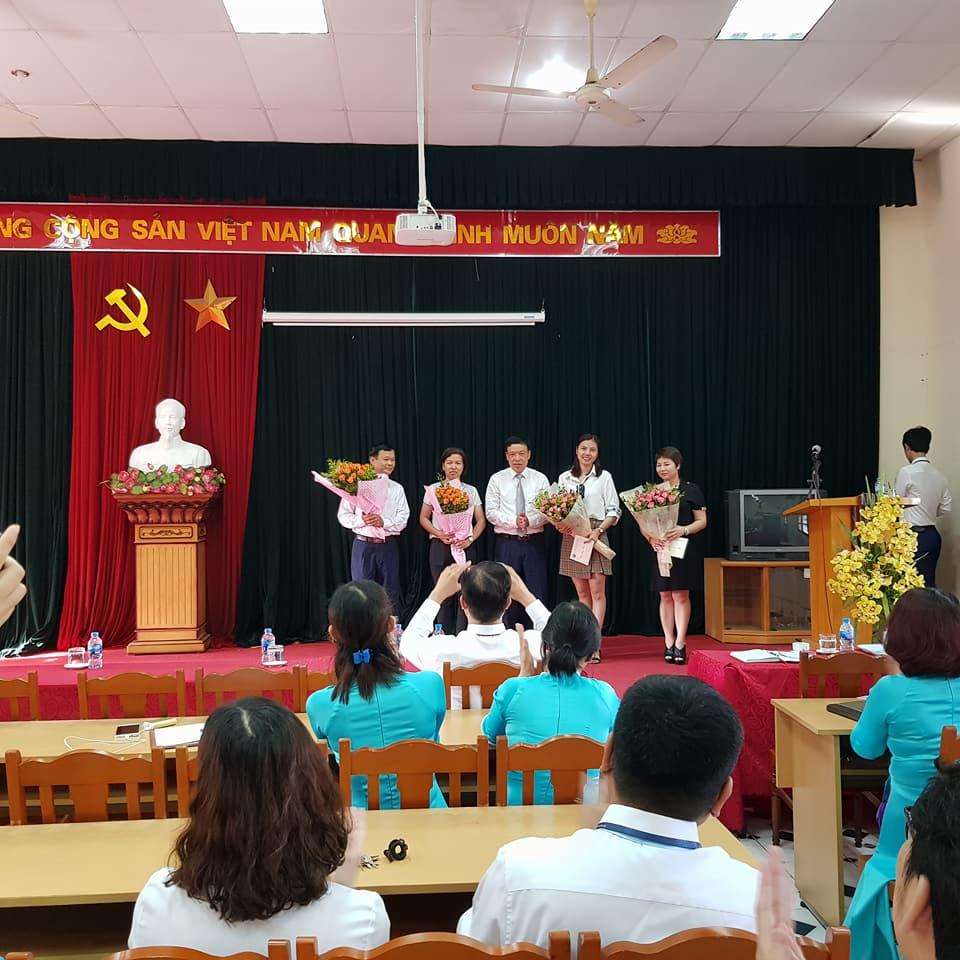 (Đ/c Nguyễn Văn Bút, Phó Bí thư Đảng ủy - Chủ tịch công đoàn lên tặng hoa sinh nhật)